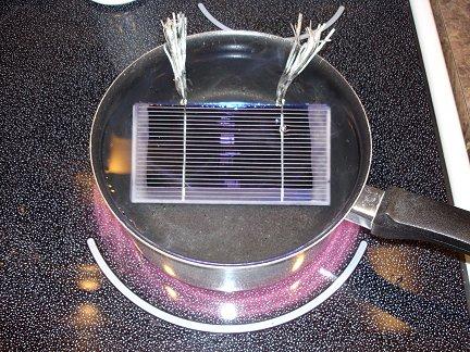 Для растопления воска и отделения элементов друг от друга, необходимо отмочить солнечные элементы в горячей воде