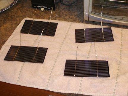 Солнечные элементы сушатся на полотенце после очистки