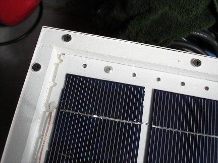 После того, как обе основы с солнечными элементами будут завершены, можно произвести их установку в подготовленную заранее коробку и соединить