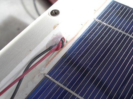 Для того чтобы вывести наружу провода, было просверлено отверстие в днище солнечной батареи