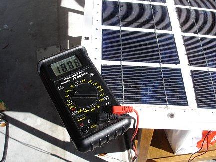 солнечная батарея на ярком осеннем солнце выдает 18.88В без нагрузки