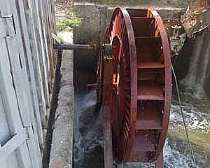 Причем, в кишлаке есть несколько водяных мельниц, ниже которых также с установлены малые гидроэлектростанции.