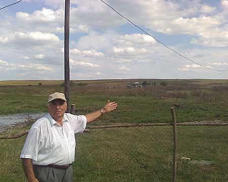 Для передачи электроэнергии от микро ГЭС к фермеру была протянута линия протяженностью в сто пятьдесят метро